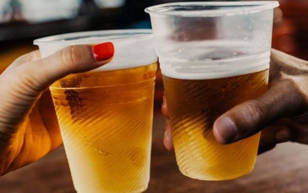 Друзья пьют пиво из пластиковых стаканов